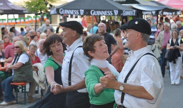 <p> Im Irischen Dorf, einer von rund einem Dutzend Erlebniswelten, ging es schon am frühen Freitagabend heiß her. Die Irish Mood Setdancer aus Obergruna sorgten für Stimmung.</p> <p> &nbsp;</p>