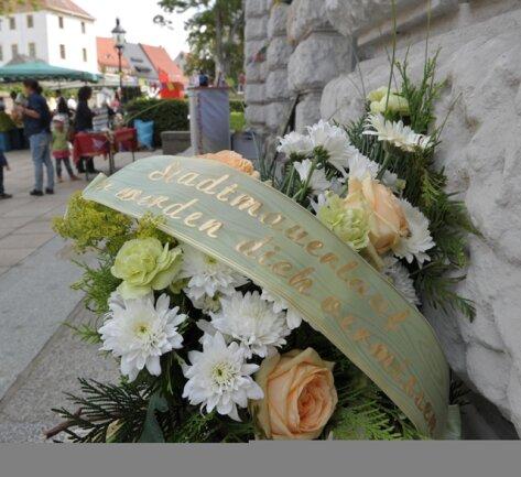<p> Weil der Stadtmauerlauf dieses Jahr nicht stattfinden konnte, wurde symbolisch ein Trauerkranz niedergelegt.</p>