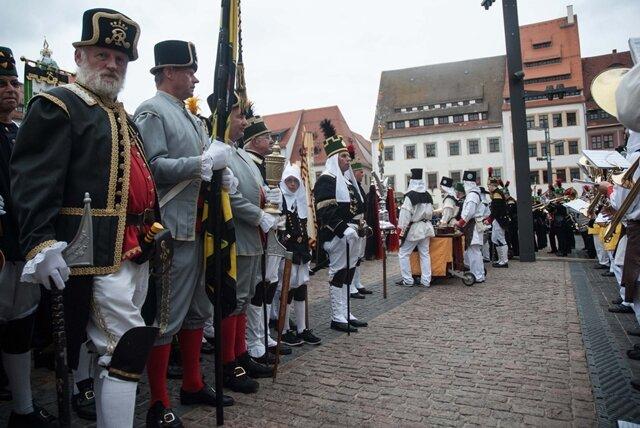 <p> Zum Höhepunkt des 29. Freiberger Bergstadtfests kamen nochmal viele Freiberger in die Altstadt, obwohl es regnete.</p>