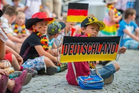 <p> Zehntausende Fußballfans haben der deutschen Nationalelf am Freitagabend auf den Fanmeilen der Landes wieder die Daumen gedrückt.<br /> <br /> &nbsp;</p>