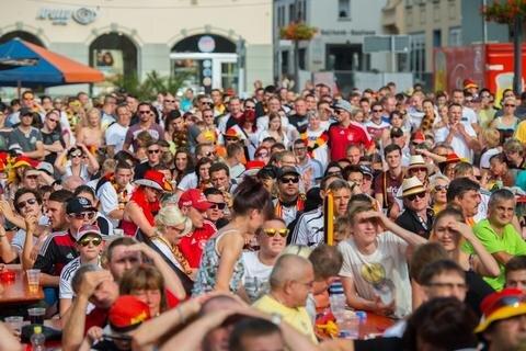 <p> In Aue fieberten zahlreiche Besucher auf dem Markt mit der deutschen Nationalmannschaft mit.<br /> &nbsp;</p>