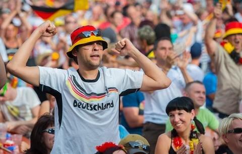 <p> Geschminkt und gekleidet in den Farben Schwarz-Rot-Gold bejubelten sie jede Chance der deutschen Mannschaft.<br /> &nbsp;</p>