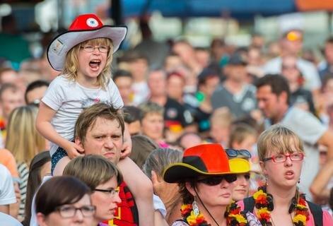 <p> Viele Anhänger schützten sich mit Hüten vor der Sonne.</p>