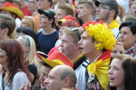 <p> Auch auf dem Neumarkt in Chemnitz verfolgten die Fans gebannt das Spiel.</p>