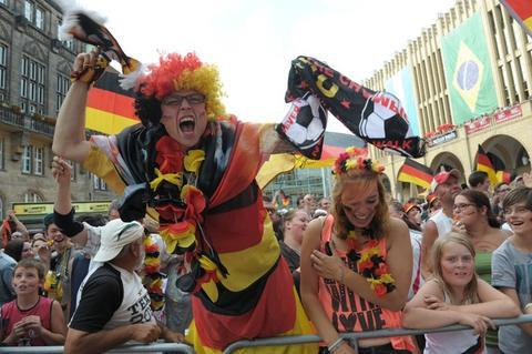 <p> Beim 1:0 von Mats Hummels in der 13. Minute ging ein Jubelschrei durch die Menge.</p>
