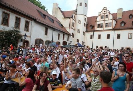 <p> Hunderte versammelten sich im Schlosshof in Glauchau, um sich die Partie anzusehen.</p>