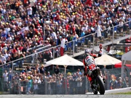 <p> Der deutsche MotoGP-Fahrer Stefan Bradl vom LCR Honda Team winkt nach der Qualifikation den Zuschauern.</p>
