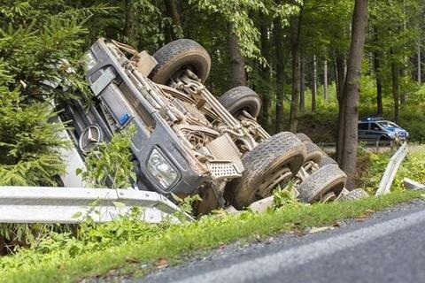 <p> Der mit Schutt beladene Laster kippte um. Ein Baum verhinderte einen weiteren Überschlag.</p>