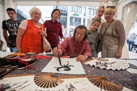 <p> Kalligraphie, die Kunst des Schönschreibens, lernten Stadtfest-Gäste hier kennen.</p>