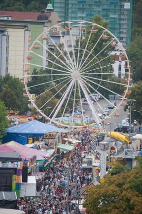 <p> Ein Muss fürs Stadtfest: das Riesenrad auf der Brückenstraße.</p>
