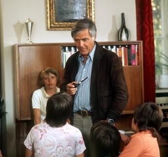 "<p> Joachim <span class=""Query_Highlighted_Words"">Fuchsberger</span> als Lehrer Dr. Johannes Bökh, genannt &quot;Justus&quot;, mit jugendlichen Schauspielern als Schüler während der Dreharbeiten des Kinderbuch-Klassikers &quot;Das fliegende Klasenzimmer&quot; am 17.7.1973 in Bamberg.</p>"