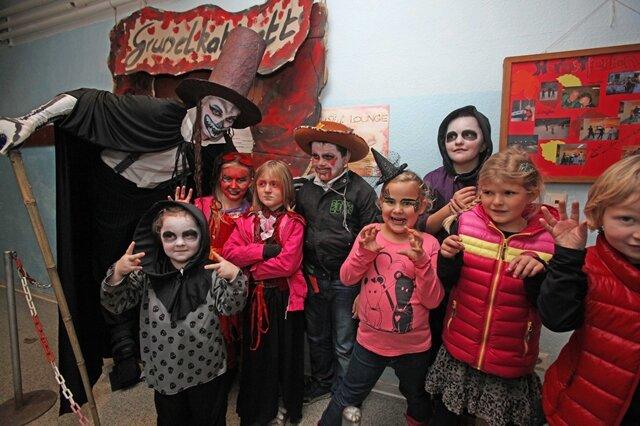 """<p> <span class=""""Text"""">Kinder, Erwachsene, Omas und Opas aus Meerane besuchten die große Halloweenparty im Freizeitzentrum in und an der Annaparkhuette. Auf dem Programm standen Kürbisschnitzen, ein Lampionumzug und eine Gruseldisko mit Hüpfburg.</span></p>"""