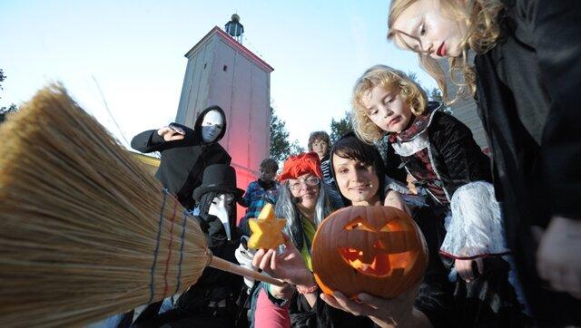 """<p> <span class=""""Text"""">Halloween im Chemnitzer Küchwald. Im Bild vorn rechts Leonora und Arienne mit Mutti Jeannine Hähle.</span></p>"""