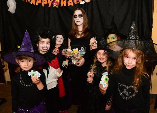 """<p> <span class=""""Text"""">Rund 80 Kinder feierten im Dürer in Stollberg ein """"Spuk und Geisterfest. Dabei gab es eine zünftige Polonaise, Tastspiele, Kinderschminken und verschiedene Gaumenfreuden wie Monsterschleim mit Spinne, abghakte Finger, Halloween Muffin, Geisterblut und Wackelaugen (im Foto).</span></p>"""