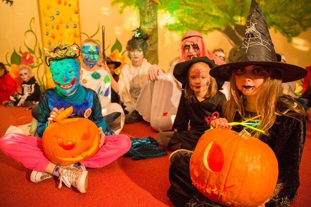"""<p> <span class=""""Text"""">Halloween im Ferienpark in Oberwiesenthal. Julia Lucia aus Ottendorf-Okrilla und Larissa Schreiber aus Schlettau posieren mit Kürbissen.</span></p>"""