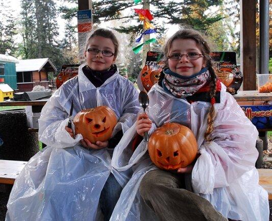 <p> Die Schwestern Charlotte und Helene beim Kürbisfest im Klein-Erzgebirge.</p>