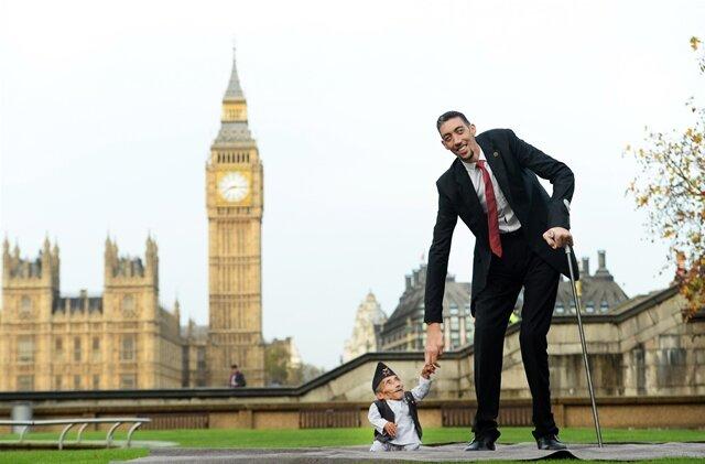 <p> Der größte Mann der Welt traf in London erstmals auf den kleinsten Mann der Welt.</p>