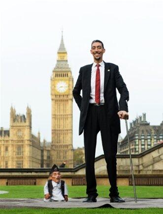 """<p> Der Türke Sultan Kosen ist mit 2,51 Metern laut """"Guinness""""-Buch der Rekorde der größte Mann der Welt.</p>"""