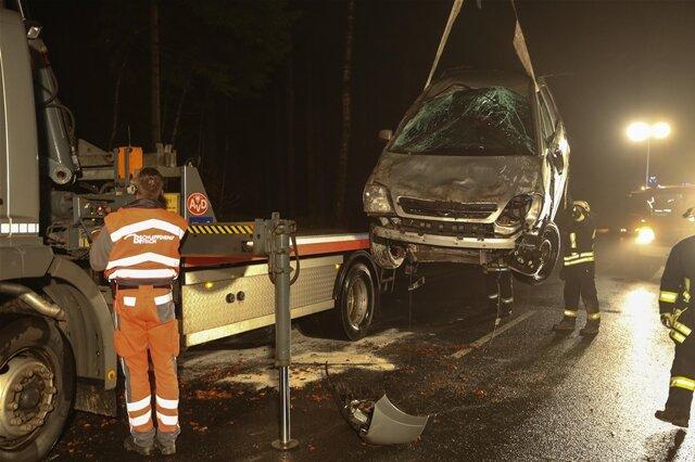 <p> Die Autofahrerin wurde mit Verletzungen in ein Krankenhaus gebracht.<br /> &nbsp;</p>