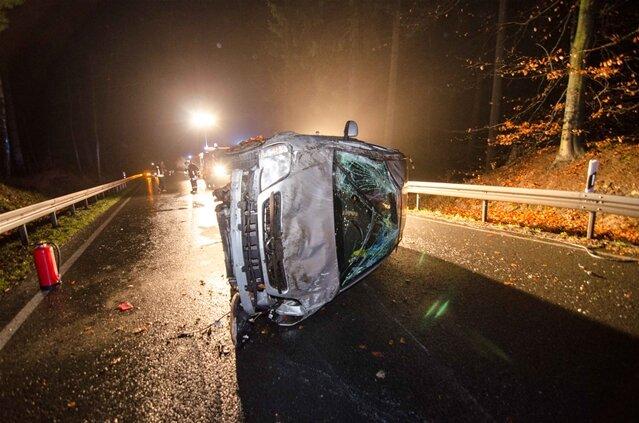 <p> Eine Autofahrerin ist am späten Mittwochabend auf der B101 zwischen Brand-Erbisdorf und Großhartmannsdorf ins Schleudern geraten und hat sich mehrfach überschlagen.</p>
