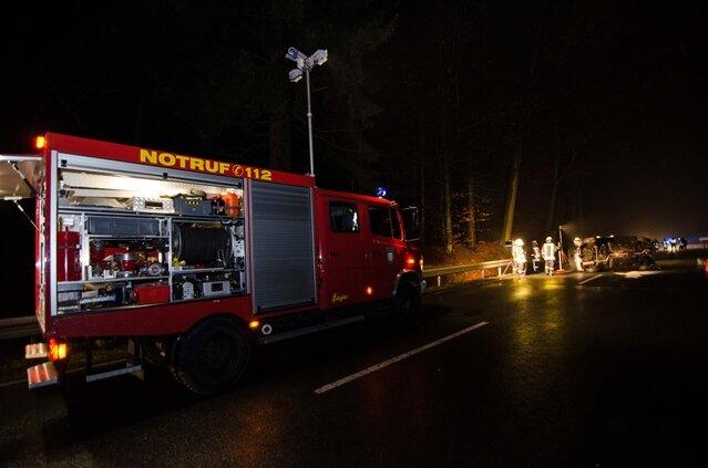 <p> Die Großhartmannsdorfer Feuerwehr war mit 15 Kameraden vor Ort, beseitigte austretende Kraftstoffe und sicherte die Unfallstelle.</p>