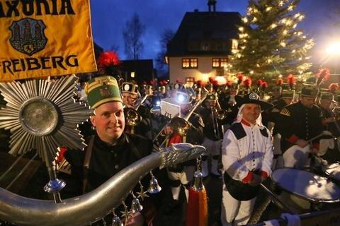 <p> Mit rund 10.000 Gästen hat die Seiffener Bergparade am Samstag etwas mehr Zuschauer angezogen als im vergangenen Jahr.</p>