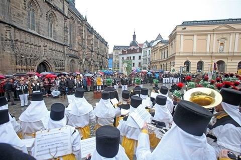 <p> Vom Glück-Auf-Center über die Äußere und Innere Schneeberger Straße, Kornmarkt bis zum Dom marschierten Kumpel und Musiker im Gleichschritt.</p>