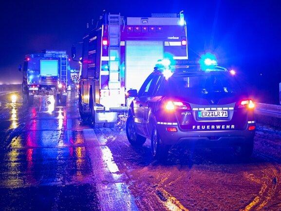 <p> Nach kurzem Schneefall sind auf der Autobahn 72 nahe Chemnitz sechs Menschen bei einem Unfall verletzt worden, drei davon schwer.</p>