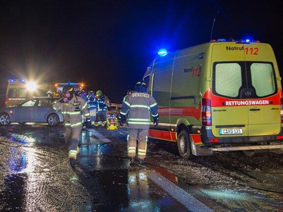 <p> Wie ein Polizeisprecher sagte, war ein 59-Jähriger in Fahrtrichtung Leipzig mit seinem Auto gegen einen anderen Wagen geprallt.</p>