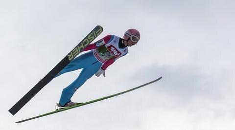 <p> In der Gesamtwertung hängte der 21-Jährige, der am Dienstag den siebten Tourneesieg eines Austria-Adlers in Folge feiern könnte, seine größten Konkurrenten ein wenig ab...</p>