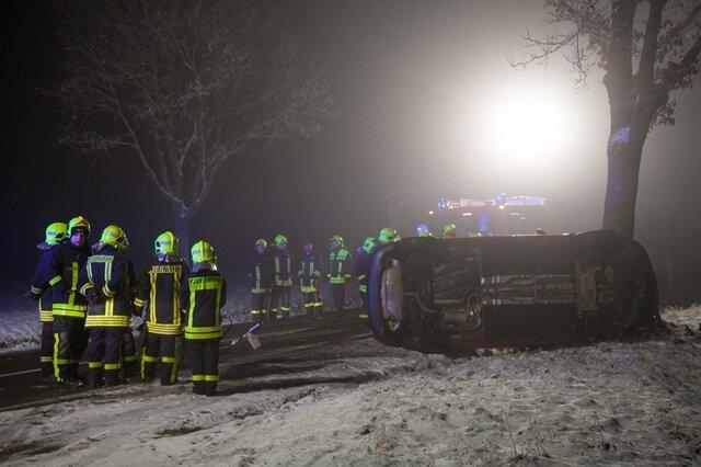 <p> Die Bahnhofsstraße war während der Bergungsmaßnahmen zwischen Rödlitz und Heinrichsort vollgesperrt.</p>