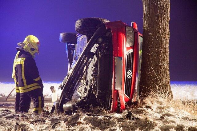 <p> Beim Eintreffen der Feuerwehren hatte sich der 31-jährige Fahrer bereits aus dem Fahrzeug befreit. Der Mann wurde leicht verletzt, musste aber dennoch mit der Polizei ins Krankenhaus zu einer Blutentnahme.</p>
