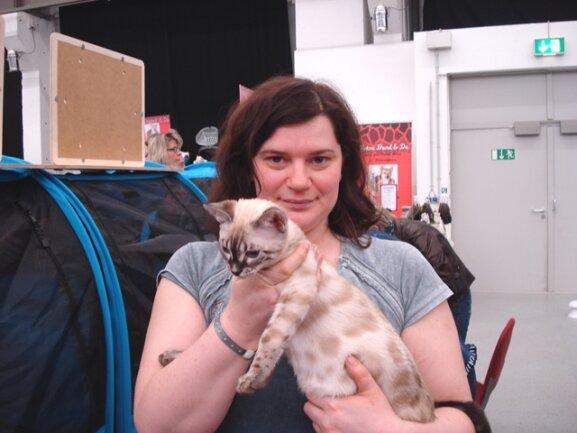 """<p> Manuela Faulstich (32) ist extra aus Erfurt angereist, um mit ihren Bengalkatzen an der Tiermesse teilzunehmen. Ihre """"Schneeleoparden"""" würden sich gut für Allergiker eignen, weil sie das Fell nicht wechseln und damit kaum Haare verlieren.</p>"""