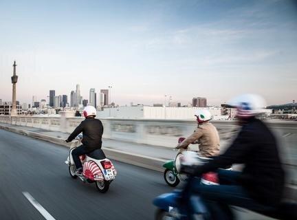 """<p> Vereint im Team """"Motorliebe"""" fuhren die drei Freunde in acht Wochen auf alten Vespas von Los Angeles nach New York City.</p>"""