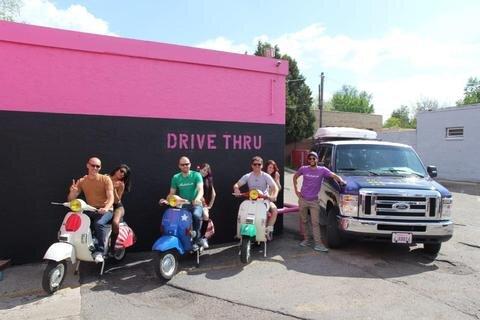 <p> Die Vespa-Fahrer vom Team Motorliebe hatten auf ihrer Tour durch die USA, so wie hier in Denver viele interessante Begegnungen. Auch in der US-Motorrollergemeinde wurde das Trio mit offenen Armen empfangen.</p>
