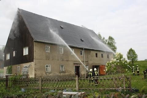 <p> Nachbarn konnten die 87-jährige Bewohnerin des alten Bauernhauses an der Dorfstraße rechtzeitig retten.</p>
