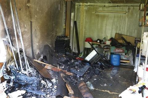 <p> Nach Polizeiangaben war das Feuer aus bisher ungeklärter Ursache im angrenzenden Stallbereich ausgebrochen.</p>