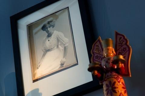 <p> Alles fing damit an, dass die&nbsp; Firmengründerinnen Margarete Wendt und Margarete Kühn ab 1907 die erste Damenklasse der Königlich-Sächsischen Kunstgewerbeschule Dresden besuchten; zu einer Zeit, als in dieser Stadt die künstlerische Szene brodelte und in Kunst, Kunstgewerbe und Architektur neue Wege gesucht und gefunden wurden, so die Kunstsammlungen Dresden.</p>