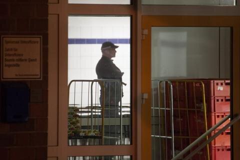 <p> Die Ermittlungen zu den Tatumständen dauern an. Rund 30 Polizeibeamte der Polizeidirektionen Chemnitz und Zwickau waren im Einsatz.</p>
