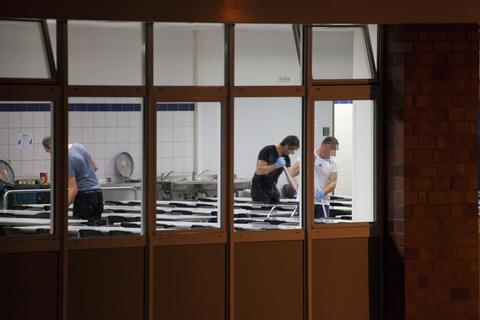<p> Ausgangspunkt war offenbar ein Streit bei der Essensausgabe, die in einer Schlägerei zwischen letztlich gut 30 Personen endete, so die Polizei. Dabei kam es auch zu Sachbeschädigungen.</p>