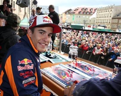 """<p> Das ist Vorfreude auf den Sachsenring-Grand-Prix: Tausende haben am Donnerstag<span class=""""Text""""> Weltmeister Marc Marquez und die anderen Fahrer auf dem Markt in Hohenstein-Ernstthal willkommen geheißen.</span></p>"""