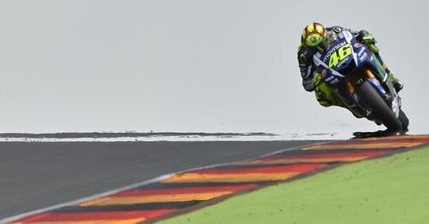 <p>Der italienische MotoGP-Fahrer Valentino Rossi vom Movistar Yamaha MotoGP Team während des freien Trainings auf der Strecke.</p>