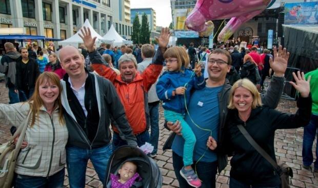 <p> Das Chemnitzer Stadtfest hat am Freitagabend erste Besucher angelockt, die sich von ein paar Wolken nicht abschrecken ließen.</p>