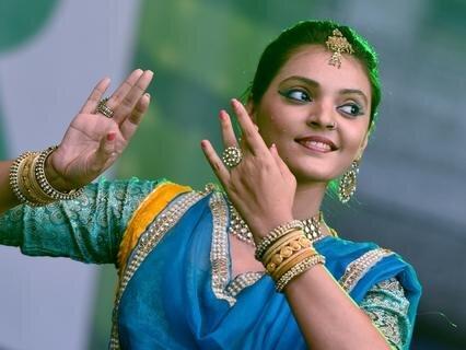 <p> Als Neuerung präsentiert sich in diesem Jahr das Land Indien auf dem Stadtfest. Eine Kostprobe traditioneller indischer Tänze gab die aus Mumbai stammende Sängerin und Tänzerin Milaap Bhakti Deshpande. Sie unterrichtet klassischen Gesang und Tanz und tanzt zudem in indischen Film- und Fernsehproduktionen.</p>
