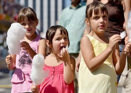 <p> Bis Sonntag werden auf dem Volksfest bis zu 250.000 Besucher erwartet. Shana, Janka und Tessa (v.l.n.r.) ließen sich am Samstag Zuckerwatte schmecken.</p>