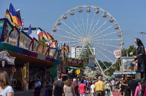 <p> Bei schönstem Sommerwetter feierten die Chemnitzer auf dem Stadtfest, hier beim großen Riesenrad am Ende der Brückenstraße.</p>