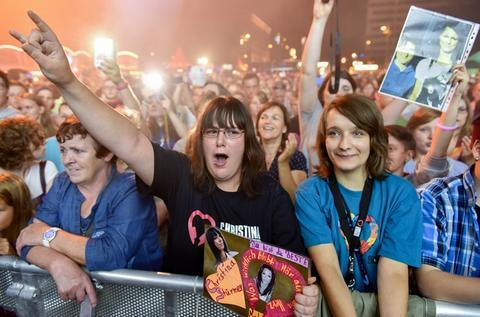 <p> Jubelnde Fans beim Autritt von Christina Stürmer.</p>