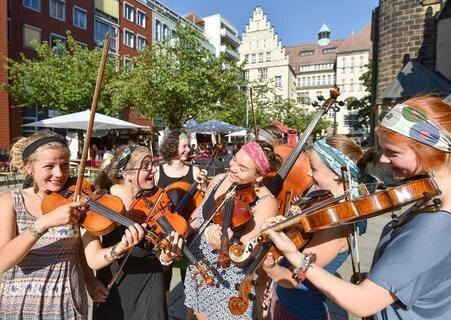 <p> Die Klezmerdamen der Musikschule Chemnitz spielten am Sonntag auf dem Jakobikirchplatz.</p>