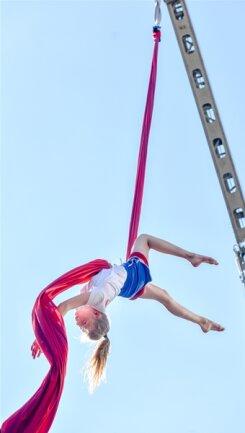<p> Die 14-jährige Joline Fuchs zeigte eine Akrobatikübung an einem Tuch. Dafür wurde extra ein Kran organisiert.</p>