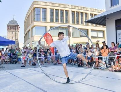 <p> Auf der Sportmeile präsentierte sich unter anderem der Verein Tanz Akrobatik und Manege. Richard Weber führte den Besuchern das Cyrwheel vor.</p>
